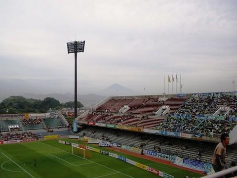 アウスタアウェイ側ゴール裏遠方に富士山.jpg