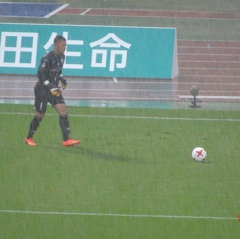 前半は豪雨(GK秋元).jpg