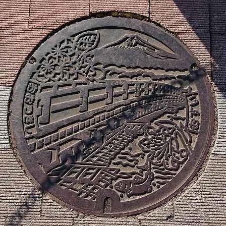大月市マンホール.jpg